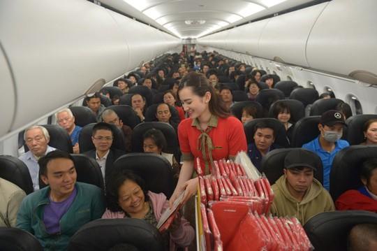 Vietjet tưng bừng chào đón những hành khách đầu tiên năm 2018 - Ảnh 5.