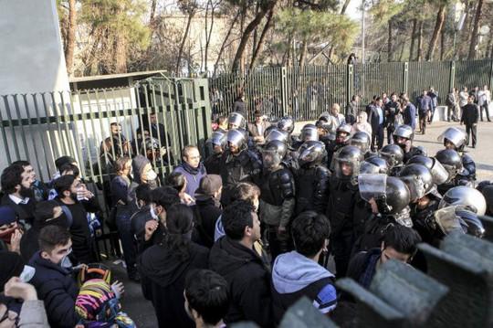 Iran: Cố trộm súng cảnh sát, 6 người biểu tình thiệt mạng - Ảnh 5.