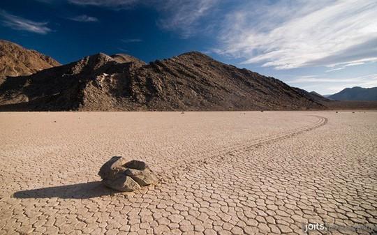 Bí ẩn về những hòn đá ma thuật tự dịch chuyển trong sa mạc - Ảnh 5.