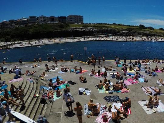 Sydney như lò lửa, dân ùn ùn kéo ra biển - Ảnh 5.