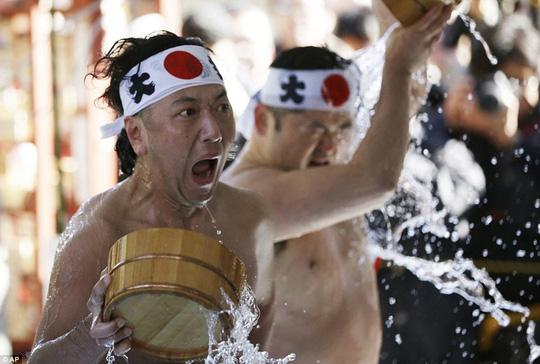 Người Nhật tắm nước đá đầu năm để lấy may - Ảnh 6.