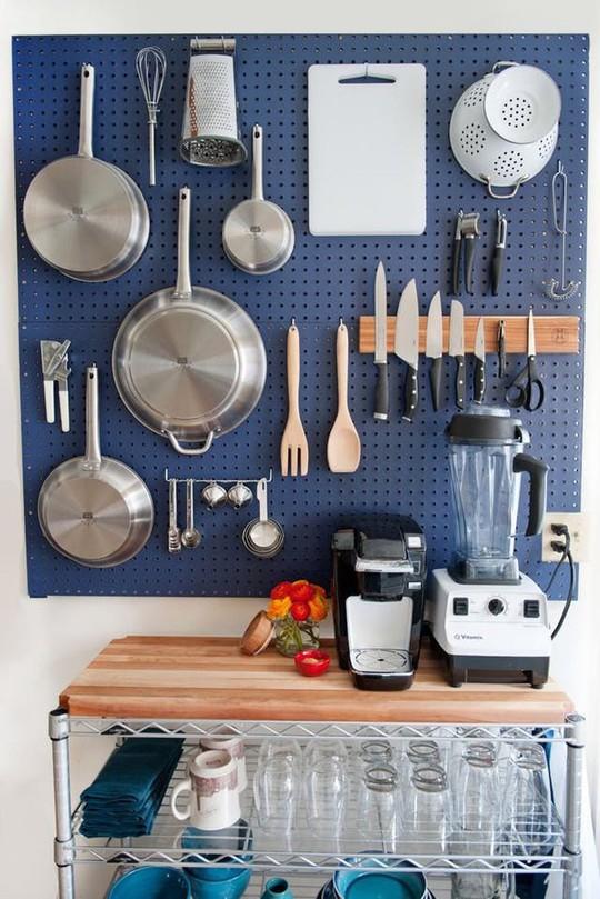 Bí kíp sắp xếp căn bếp gọn gàng mà không cần cabinet chứa đồ - Ảnh 5.