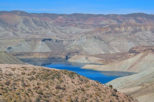 """Các hồ nước """"biến hình"""" đủ màu sắc đẹp đến ngỡ ngàng - Ảnh 2."""