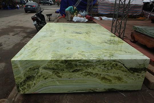 Tấm phản đá xanh ngọc nguyên khối nặng 14 tấn xuất hiện ở Hà Nội - Ảnh 2.