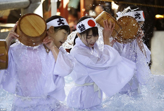 Người Nhật tắm nước đá đầu năm để lấy may - Ảnh 8.