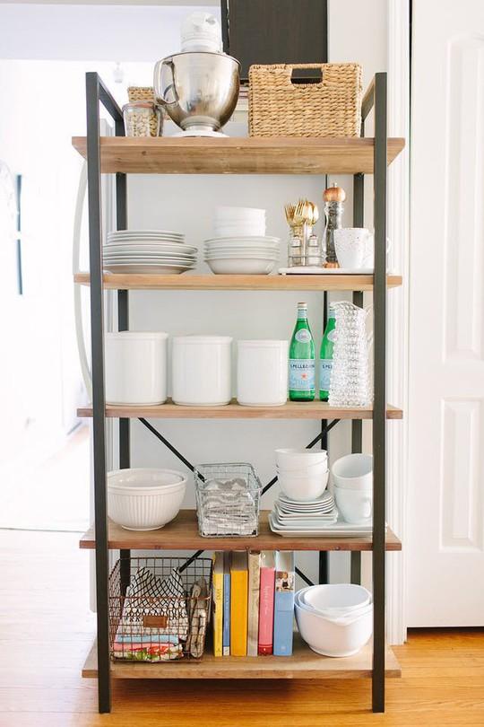 Bí kíp sắp xếp căn bếp gọn gàng mà không cần cabinet chứa đồ - Ảnh 7.