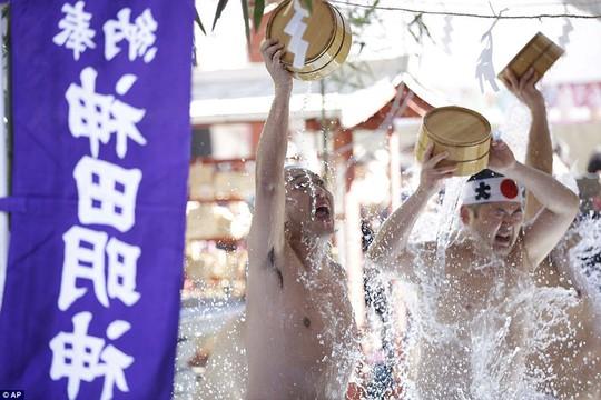 Người Nhật tắm nước đá đầu năm để lấy may - Ảnh 9.