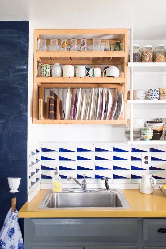 Bí kíp sắp xếp căn bếp gọn gàng mà không cần cabinet chứa đồ - Ảnh 8.