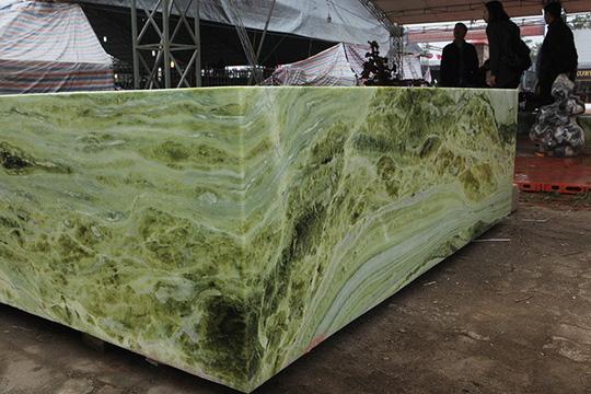 Tấm phản đá xanh ngọc nguyên khối nặng 14 tấn xuất hiện ở Hà Nội - Ảnh 3.