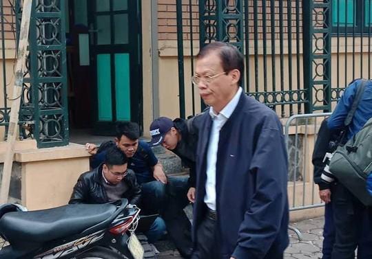 Tòa xử ông Đinh La Thăng: Ông Phùng Đình Thực đi bộ rời tòa sau tuyên án - Ảnh 4.