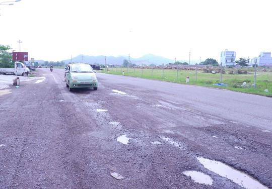 Đường xấu, tài xế dừng xe giữa trạm BOT đòi... chất vấn lãnh đạo - Ảnh 1.
