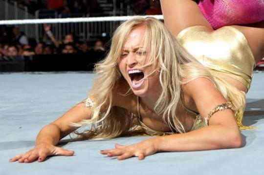 Cựu đô vật WWE gợi cảm trên biển - Ảnh 2.