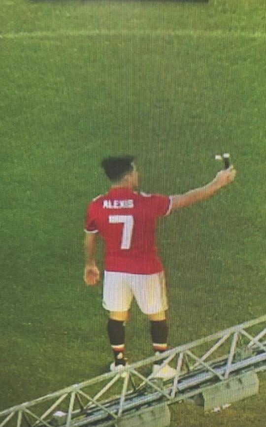 Sanchez mặc áo số 7, tự sướng ở Old Trafford - Ảnh 1.