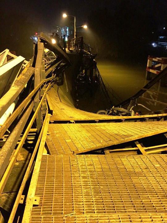 Sập cầu Long Kiển, xe ben và xe máy rớt xuống sông - Ảnh 1.