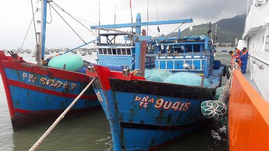 Vượt sóng dữ cứu 11 ngư dân gặp nạn trong đêm - Ảnh 1.