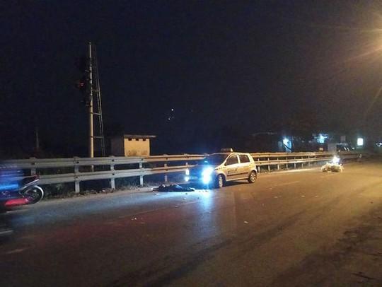 Vừa bị tai nạn, đôi nam nữ dừng lại vệ đường bị taxi tông thương vong - Ảnh 1.