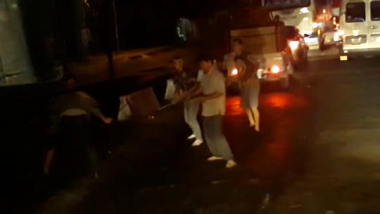 Clip: Nhóm tài xế đánh nhau như… trong phim tại phà Vàm Cống - Ảnh 2.