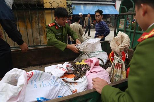 Bắc Ninh: Dân đổ xô đi nhặt đạn, 1 người bị nổ nát tay - Ảnh 1.
