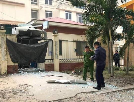 Bắt 2 nghi phạm gài mìn nổ tung cây ATM trong đêm để cướp tiền - Ảnh 1.