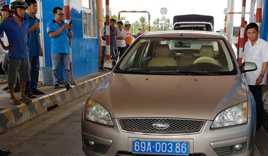 Tài xế xe biển số xanh phản ứng, BOT Sóc Trăng xả trạm lần thứ 2 - Ảnh 1.