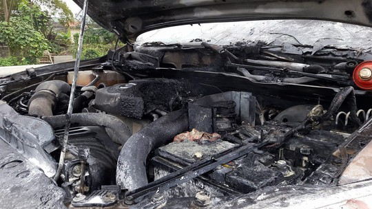 Xe bán tải Mazda BT50 đang chạy bất ngờ bốc cháy dưới trời rét - Ảnh 1.