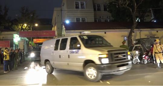 Xe chuyên dụng đưa ông Đinh La Thăng rời tòa - Ảnh 1.