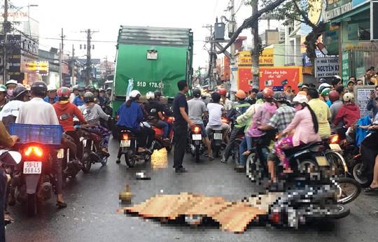Vừa đổ xăng xong, nam thanh niên bị xe rác tông chết - Ảnh 1.