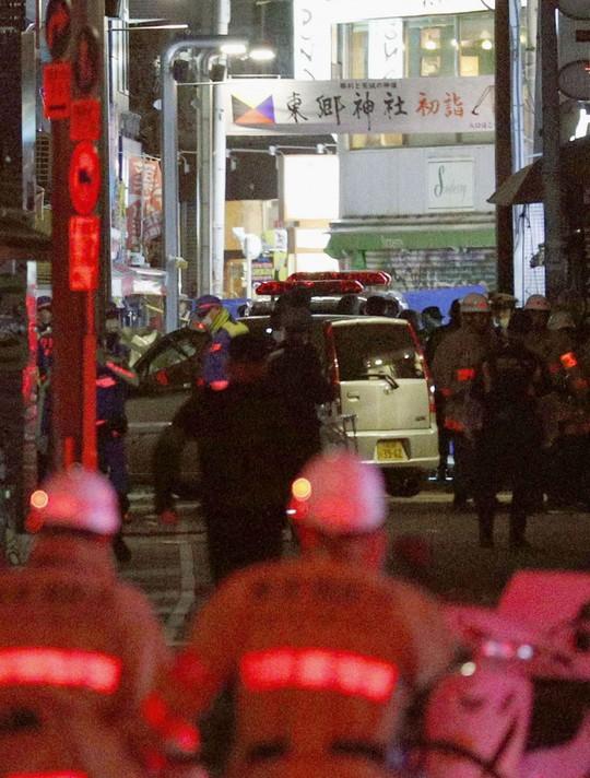 Khủng bố lao xe ở Tokyo ngày đầu năm, 9 người bị thương - Ảnh 2.