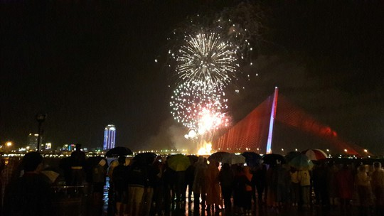 Người dân Đà Nẵng đội mưa xem pháo hoa đêm 1-1 - Ảnh 4.
