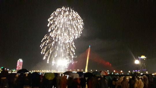 Người dân Đà Nẵng đội mưa xem pháo hoa đêm 1-1 - Ảnh 5.