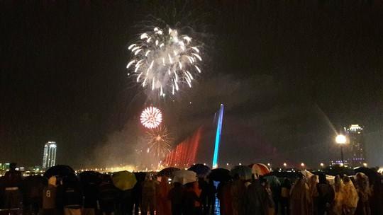 Người dân Đà Nẵng đội mưa xem pháo hoa đêm 1-1 - Ảnh 8.