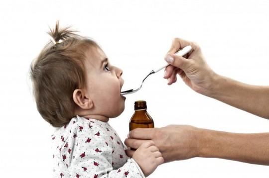 Những sai lầm cha mẹ thường mắc phải khi cho trẻ dùng thuốc - Ảnh 1.
