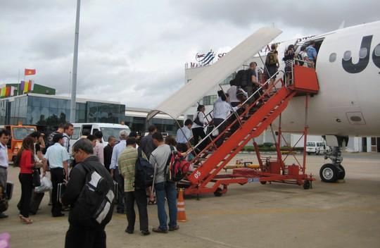 Lo quá tải, sân bay Tân Sơn Nhất khuyến cáo hành khách đến trước 2 giờ - Ảnh 1.