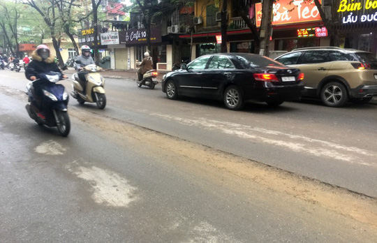 Đường ở Hà Nội bị đào xới gây tai nạn, thanh tra giao thông nói gì? - Ảnh 2.