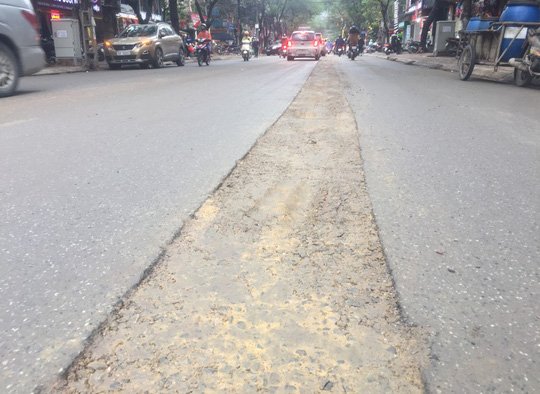 Đường ở Hà Nội bị đào xới gây tai nạn, thanh tra giao thông nói gì? - Ảnh 3.