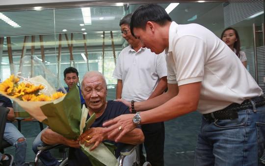 Quả bóng Vàng Việt Nam tặng quà Tết cho cựu cầu thủ khó khăn - Ảnh 3.