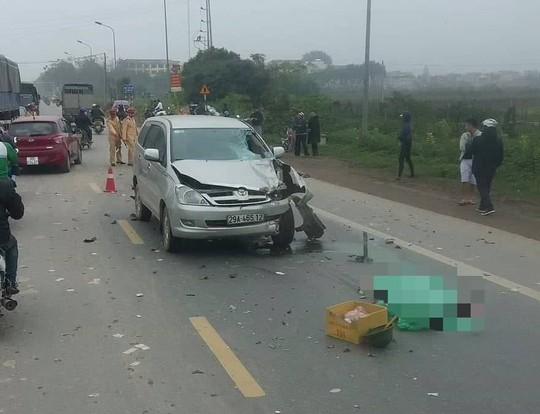 Xe Innova vượt xe phía trước tông chết 2 người trên xe máy - Ảnh 1.