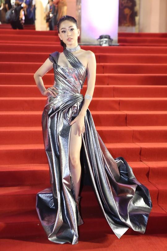Người đẹp gây sốc tại thảm đỏ Mai vàng - Ảnh 2.