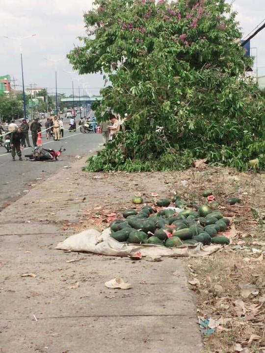 Điều tra nghi án ô tô đua tốc độ tông chết người bán dưa hấu lề đường - Ảnh 2.