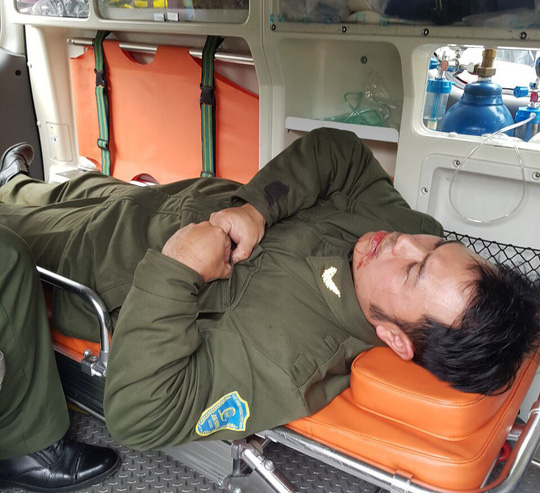 Nhân viên an ninh hàng không bị cò mồi dùng khóa càng xe máy đánh vào mặt - Ảnh 1.