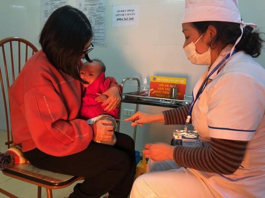 Ngoài trẻ tử vong sau tiêm ComBE Five, có 2 trẻ khác bị sốt cao - Ảnh 1.