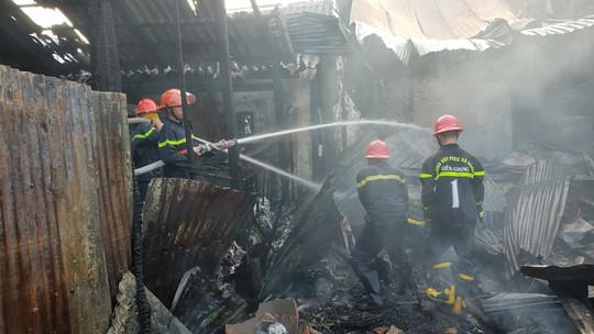 Cháy tàu dưới sông, nhiều nhà dân bị vạ lây - Ảnh 2.