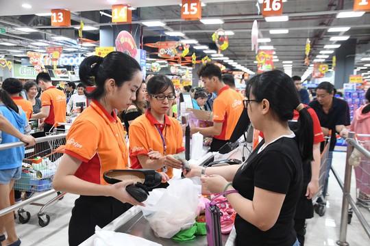 Người dân TP HCM ùn ùn đổ về Sense City Phạm Văn Đồng trong ngày khai trương - Ảnh 1.