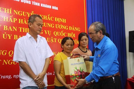 Niềm vui của công nhân khó khăn tại Khánh Hòa khi được nhận quà Tết - Ảnh 3.