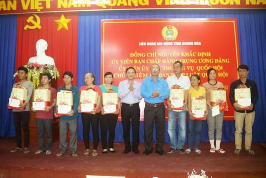 Niềm vui của công nhân khó khăn tại Khánh Hòa khi được nhận quà Tết - Ảnh 1.