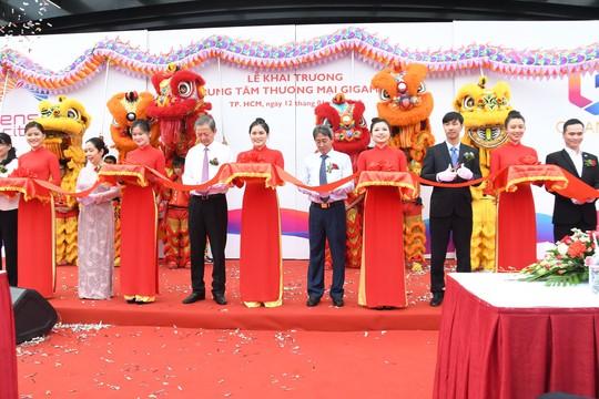 Người dân TP HCM ùn ùn đổ về Sense City Phạm Văn Đồng trong ngày khai trương - Ảnh 2.