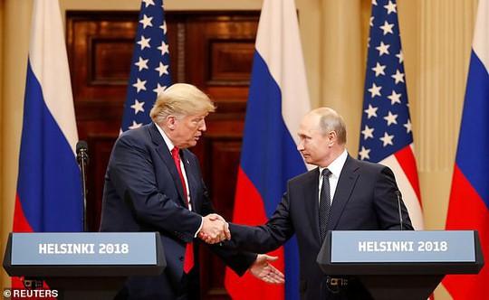Hành động khác thường của ông Trump sau khi họp với ông Putin - Ảnh 1.