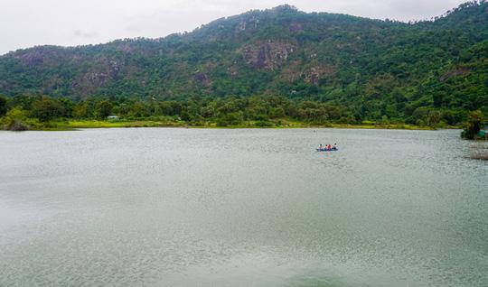 Hồ nước nổi tiếng với món gà đốt ở An Giang - Ảnh 1.