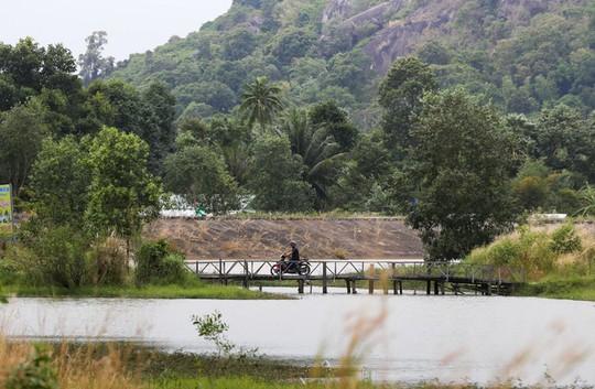Hồ nước nổi tiếng với món gà đốt ở An Giang - Ảnh 2.