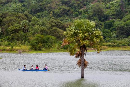 Hồ nước nổi tiếng với món gà đốt ở An Giang - Ảnh 4.